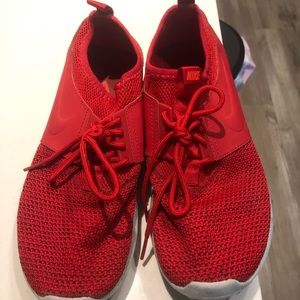 Red Nike Tennishoes